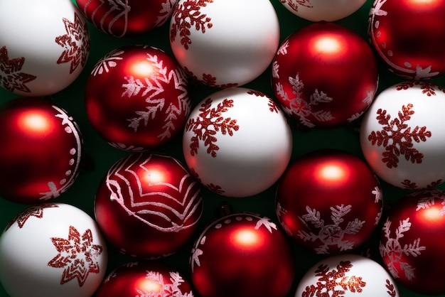 Composizione di natale palla di natale rossa e bianca vista piana, vista dall'alto