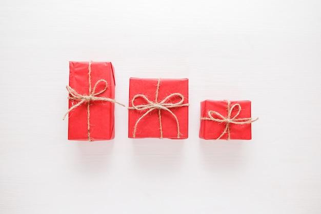 Composizione di natale regali, decorazioni rosse su sfondo bianco.