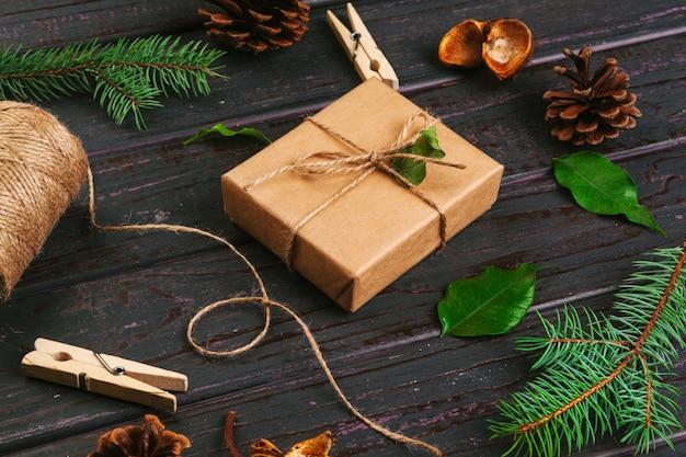 Composizione di natale regalo di natale, coperta a maglia, pigne, rami di abete