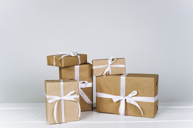 Composizione di natale regalo di natale su uno sfondo bianco