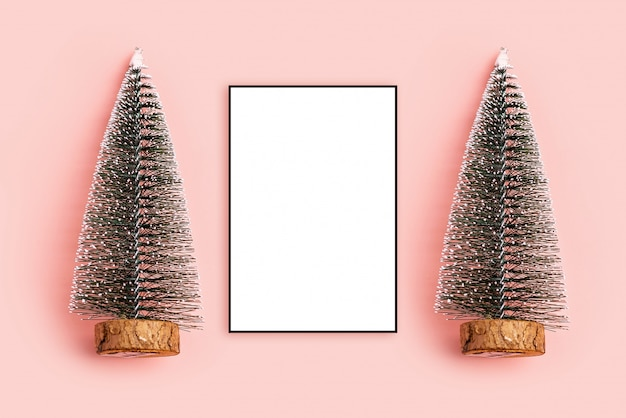 Composizione di natale struttura della foto, vista superiore del fondo rosa pastello dell'albero di natale del pino, c
