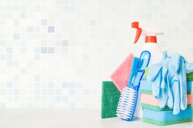 Composizione di oggetti per la pulizia con copyspace