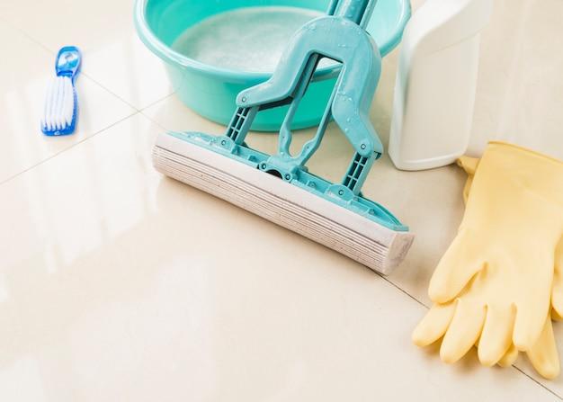 Composizione di oggetti per la pulizia