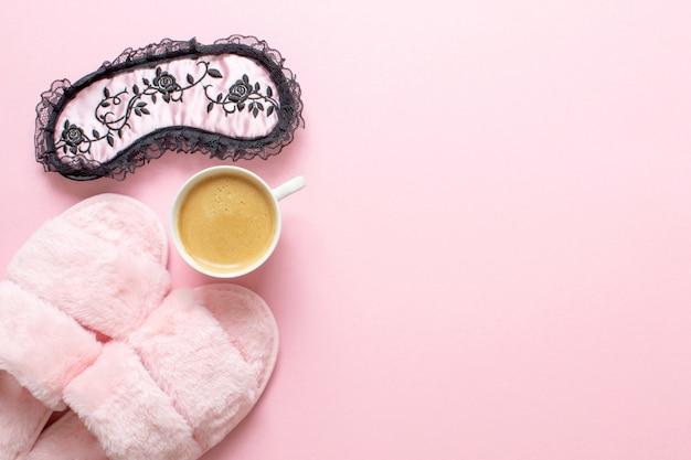 Composizione di pantofole in pelliccia sintetica e colazione sana su rosa chiaro