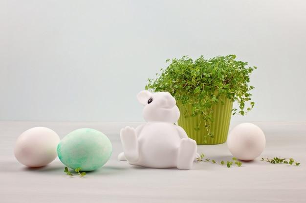 Composizione di pasqua con coniglietti e uova