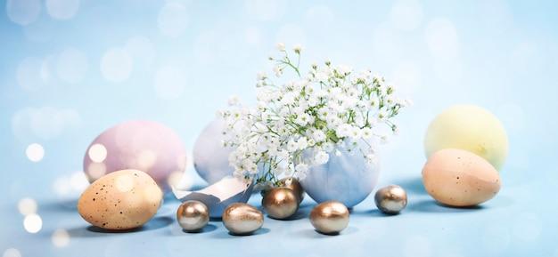 Composizione di pasqua di primavera con uova di pasqua colorate