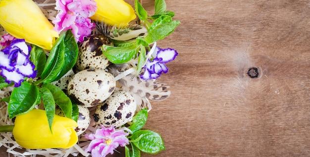 Composizione di pasqua di uova e fiori primaverili.