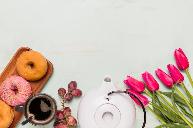Composizione di pausa caffè con tulipani