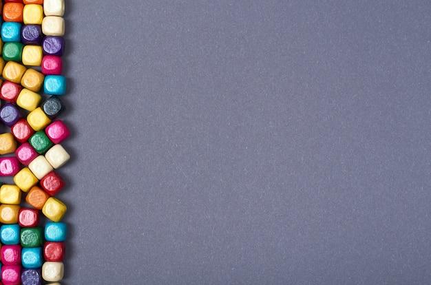 Composizione di perline color legno. sfondo concetto cucito. foto a schermo piatto e vista dall'alto