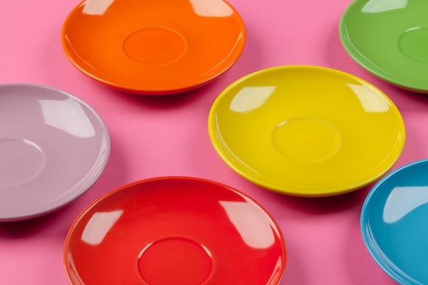 Composizione di piatti colorati