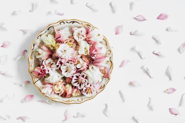 Composizione di piatti di fiori in lay flat