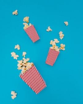 Composizione di popcorn su sfondo blu