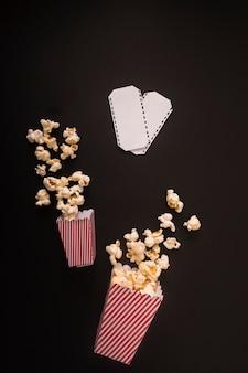 Composizione di popcorn su sfondo nero