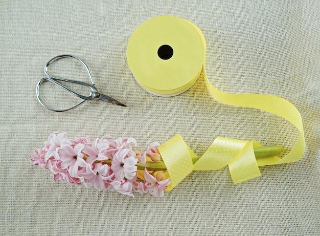 Composizione di primavera di nastro, forbici e giacinto
