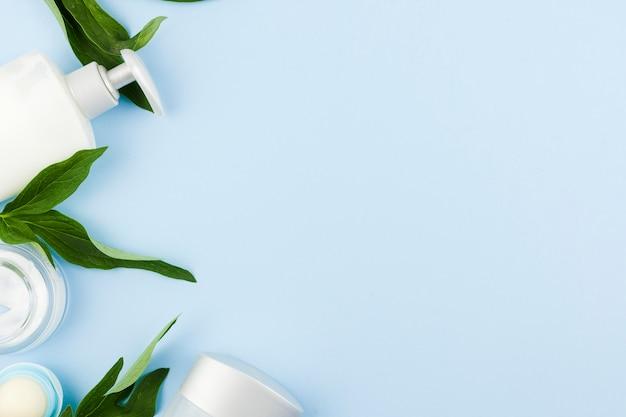 Composizione di prodotti di pelle bianca e foglie