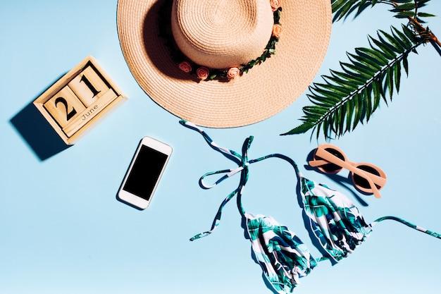 Composizione di riposo di estate su sfondo chiaro