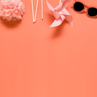 Composizione di riposo su sfondo rosa