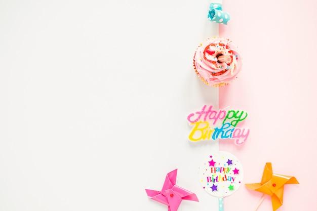 Composizione di roba di compleanno e cupcake