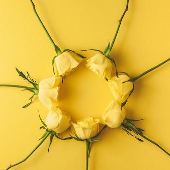 Composizione di rose gialle fresche