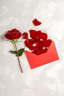 Composizione di rose rosse e scatole regalo