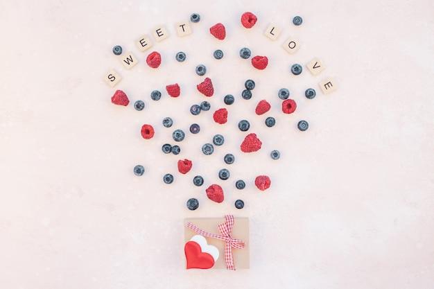 Composizione di san valentino bacche e confezione regalo