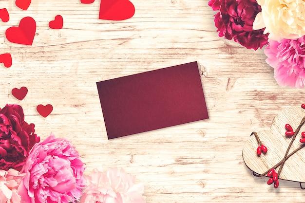 Composizione di san valentino con biglietto di auguri e fiori