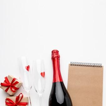 Composizione di san valentino con blocco note marrone vuoto