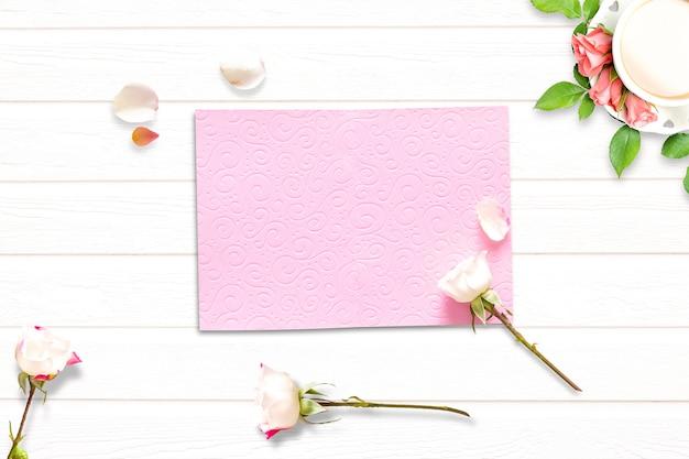 Composizione di san valentino con caffè, fiori e busta rosa