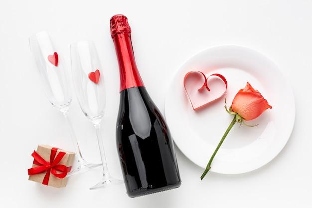 Composizione di san valentino con champagne e bicchieri