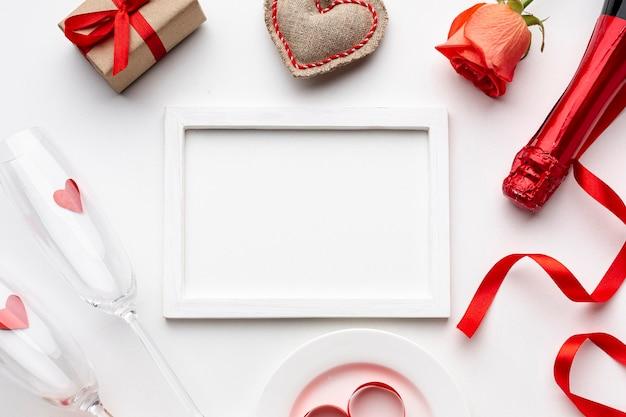 Composizione di san valentino con cornice bianca vuota