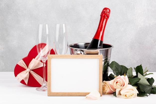 Composizione di san valentino con cornice vuota