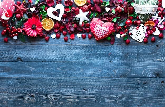 Composizione di san valentino con elementi a tema amore