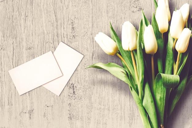 Composizione di san valentino con fiori di tulipano e biglietti di auguri