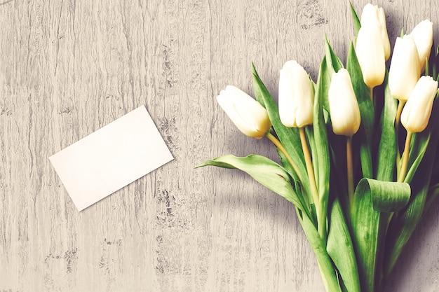 Composizione di san valentino con fiori di tulipano e biglietto di auguri