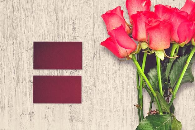 Composizione di san valentino con fiori rose e biglietti di auguri
