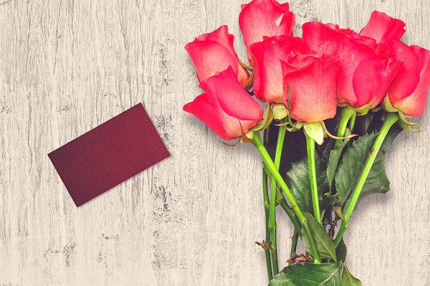 Composizione di san valentino con fiori rose e biglietto di auguri