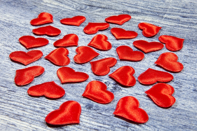 Composizione di san valentino. flat lay, vista dall'alto di cuori rossi.