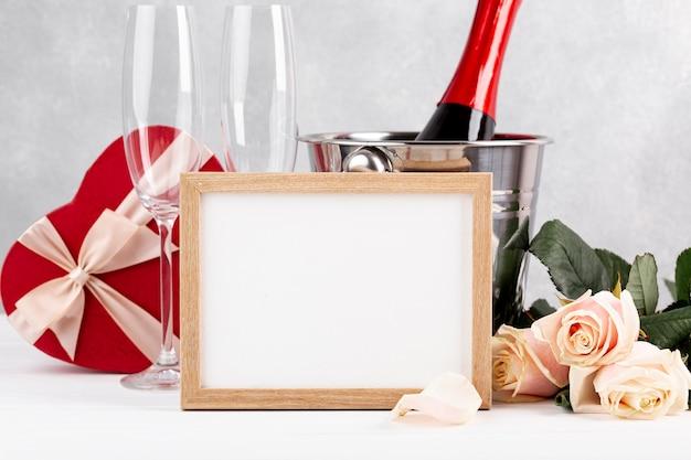 Composizione di san valentino vista frontale con cornice vuota