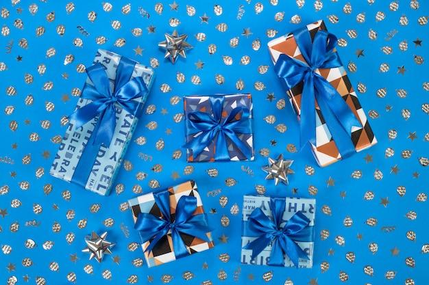 Composizione di scatole regalo su sfondo blu.