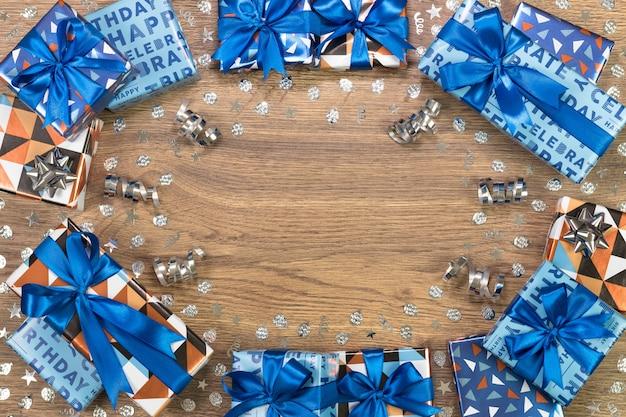 Composizione di scatole regalo sul tavolo di legno. spazio per testo piatto.