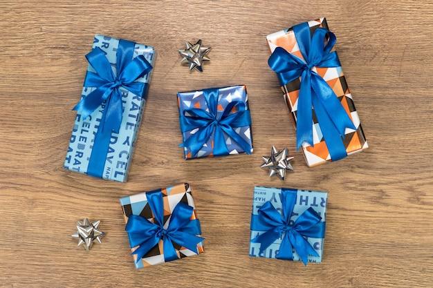 Composizione di scatole regalo sul tavolo di legno.