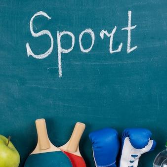 Composizione di sport colorato con elementi di palestra