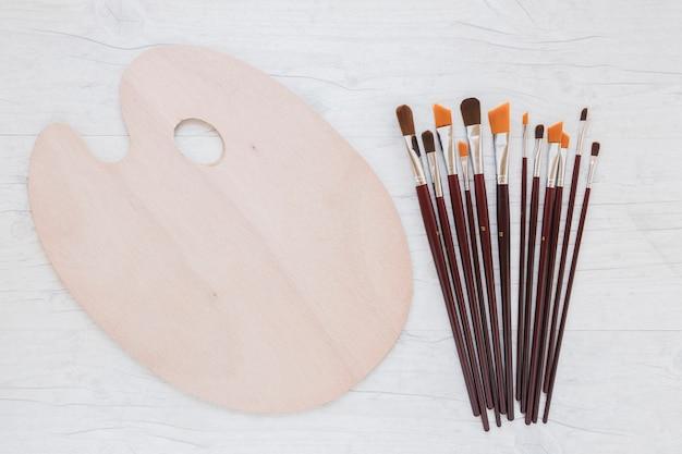 Composizione di strumenti di cancelleria per la pittura