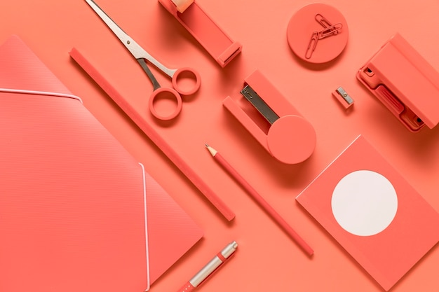 Composizione di strumenti di scuola di cancelleria rosa disposti