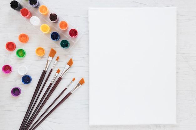 Composizione di strumenti per la pittura e la carta