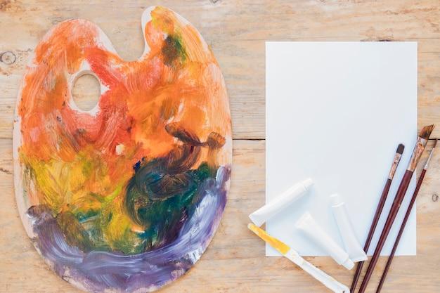 Composizione di strumenti usati professionali per la pittura