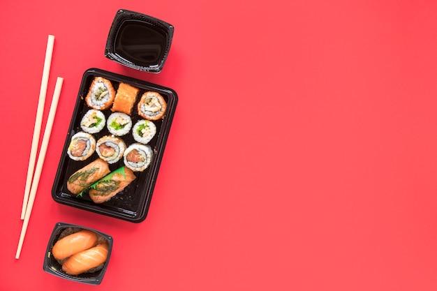 Composizione di sushi piatto laici con copyspace