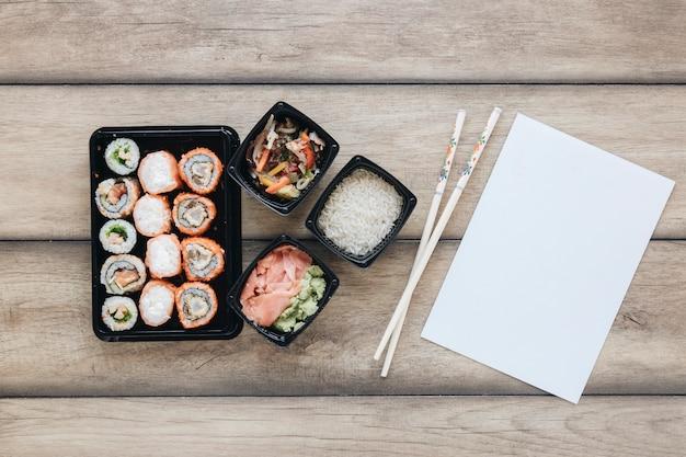 Composizione di sushi piatto laici con modello di carta