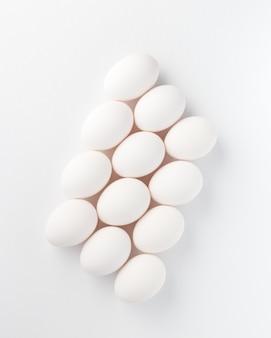 Composizione di uova bianche