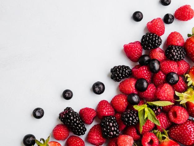 Composizione di vari frutti di bosco